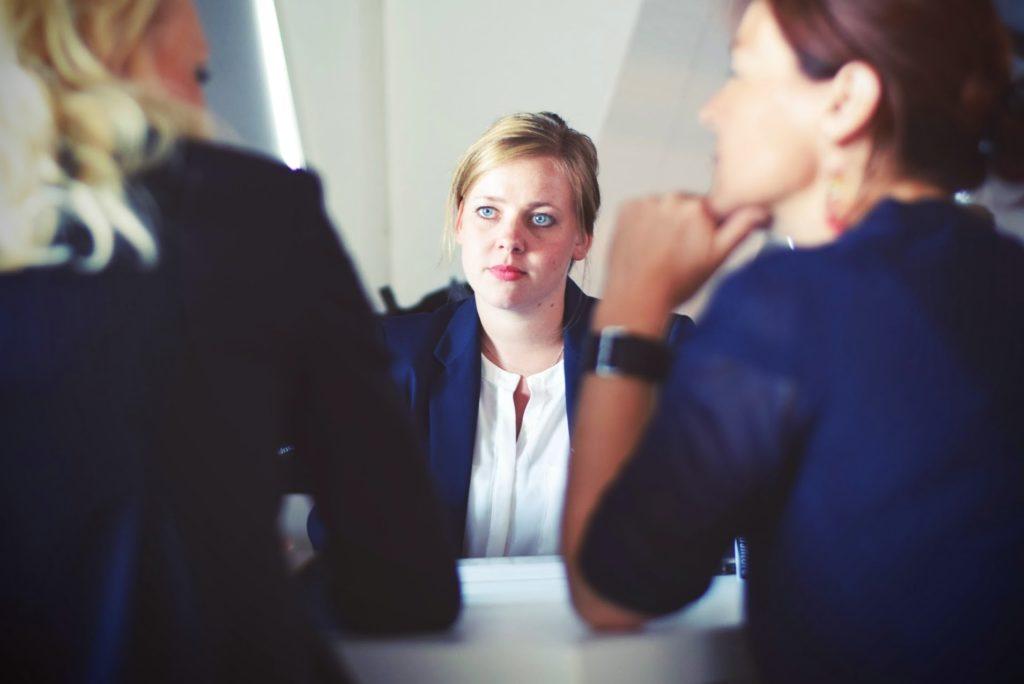 Szef się czepia, pracownicy nie rozumieją – jak czytać komunikaty